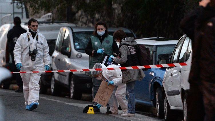 Des policiers mènent l'enquête après l'assassinat d'un homme par balles à Marseille, le 17 novembre 2013. (ANNE-CHRISTINE POUJOULAT / AFP)
