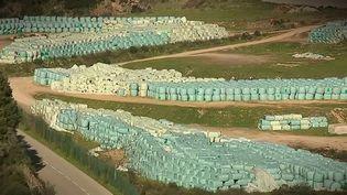 Des ordures, rassemblées en balles plastifiées, en Corse. (CAPTURE ECRAN FRANCE 3)