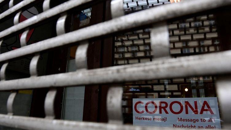 Une devanture de magasin fermé à Berlin, à cause du confinement imposé en Allemagne. (TOBIAS SCHWARZ / AFP)