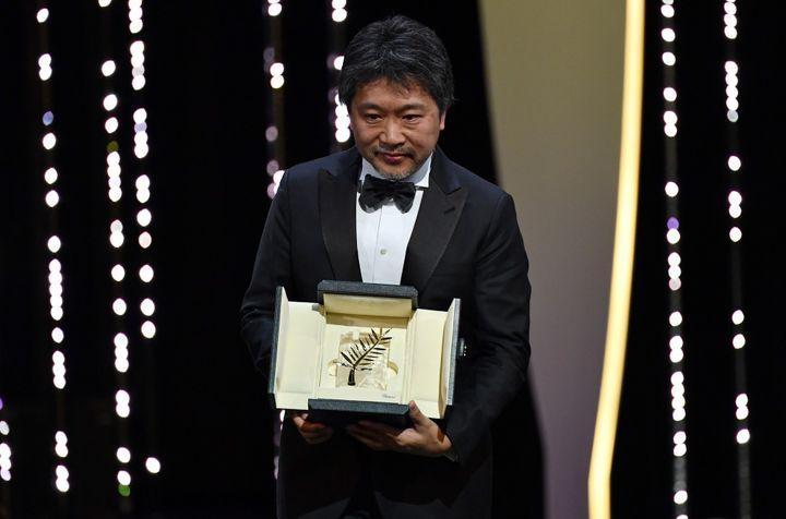"""Le réalisateur japonais Hirokazu Kore-eda a remporté la Palme d'Or du 71e Festival de Cannes pour son film """"Une Affaire de Famille"""".  (ALBERTO PIZZOLI / AFP)"""