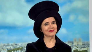 """Amélie Nothomb invitée sur le plateau de France 2 pour parler de la réédition du conte """"Alice au pays des merveilles""""  (France 2 / Culturebox)"""