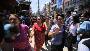 Des habitants de Katmandou (Népal) se réfugient dans la rue, après un séisme, mardi 12 mai 2015. (MATIN AKTAS / ANADOLU AGENCY / AFP)