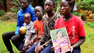Les quatres enfants et le mari de la défunte,Scovia Nakawooya, décédée en se rendant à pied à l'hôpital pour accoucher à Kampala en Ouganda. (STRINGER /REUTERS)
