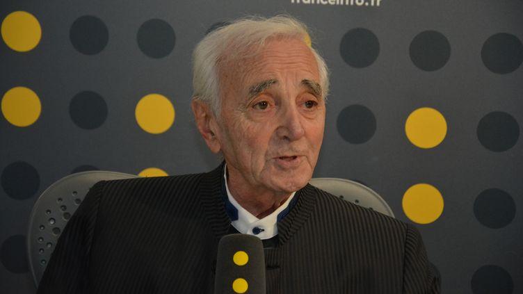 Charles Aznavour, interrogé par Bruce Toussaint à franceinfo, vendredi 17 novembre. (JEAN-CHRISTOPHE BOURDILLAT / RADIO FRANCE)