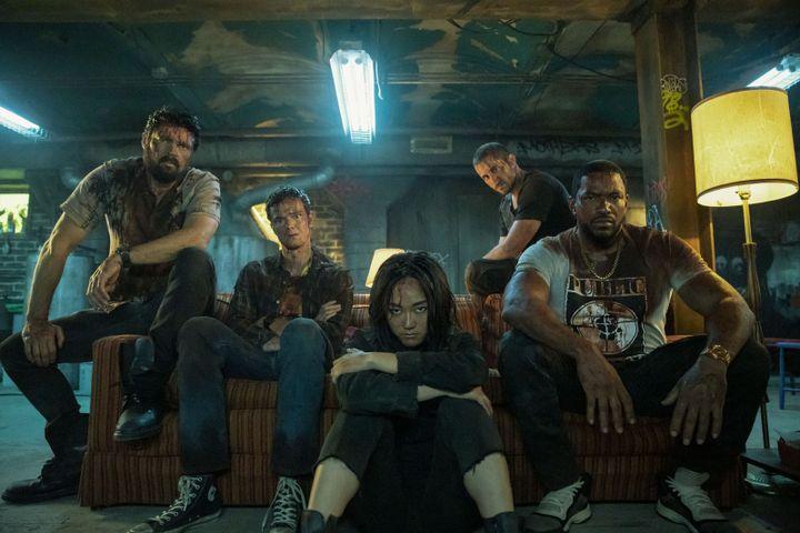 """La bande menée par Billy Butcher (tout à gauche) cherche à dévoiler le véritable visage des super-héros dans la série """"The Boys"""". (Panagiotis Pantazidis / Amazon Studios, Prime Video)"""