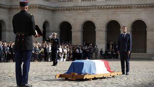 Emmanuel Macron devant le cercueil de Jean-Paul Belmondo dans la cour des Invalides mercredi 9 septembre. (IAN LANGSDON / POOL / EPA POOL)