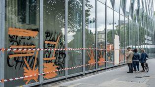 La façade de l'hôpital Necker, à Paris, le 16 juin 2016, deux jours après le passage de casseurs en marge de la manifestation contre la loi Travail. (MICHAEL BUNEL / NURPHOTO / AFP)