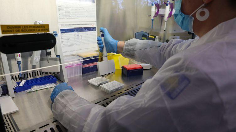 Une technicienne de laboratoire réalise une analyse de tests salivaires à Roubaix (Nord), le 7 mai 2021. (MAXPPP)