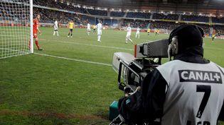 Le groupe Canal+ est en pleine zone de turbulence après la perte des droits de diffusion de la Ligue 1 à partir de 2020 et jusqu'en 2024. (JEFF PACHOUD / AFP)