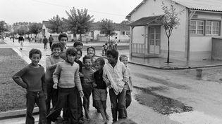 Des enfants dans un camp de Bias dans les Landes en 1975. (- / AFP)