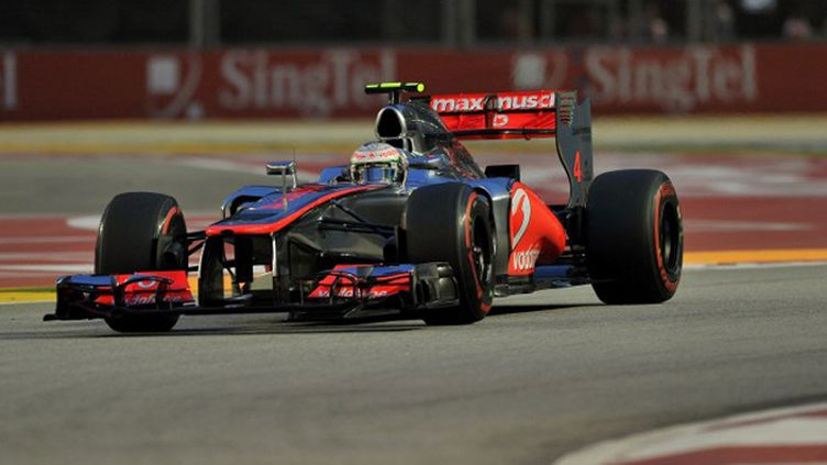 Jenson Button (McLaren), un temps leader, cédera la victoire à son coéquipier Lewis Hamilton (au second plan). (PUNIT PARANJPE / AFP)