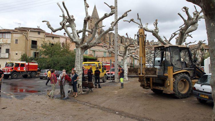 Les opérations de nettoyage après les inondations dans le village de Saint-Pargoire, dans l'Hérault, le 30 septembre. (  MAXPPP)