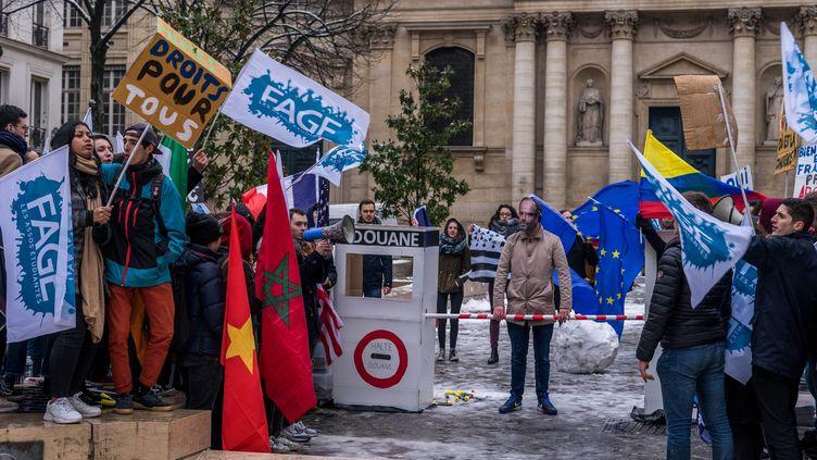 Manifestation d'étudiants contre l'augmentation des frais d'inscription pour les étudiants hors UE devant la Sorbonne, à Paris, le 22 janvier 2019. (BRUNO LEVESQUE / MAXPPP)