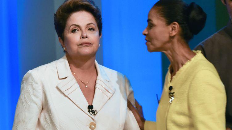 Les candidates à la présidentielle brésilienne Dilma Rousseff (à g.), actuelle présidente du pays, et Marina Silva, le 2 octobre 2014 àRio de Janeiro (Brésil). (YASUYOSHI CHIBA / AFP)