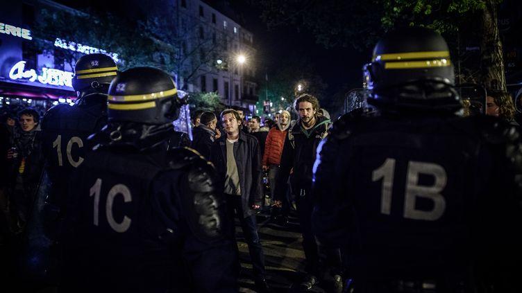 Des manifestants de Nuit debout font face à la police place de la République, à Paris, le 18 avril 2016. (PHILIPPE LOPEZ / AFP)