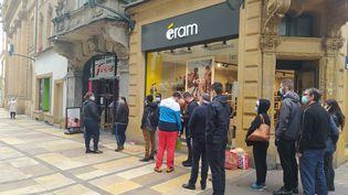 Des clients attendent devant des boutiques à Metz, avant le reconfinement, le 29 octobre 2020 (illustration). (NATACHA KADUR / RADIO FRANCE)