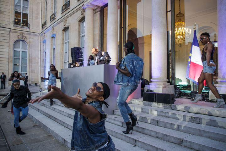 DJ Kiddy Smile et des danseurs sur le perron de l'Elysée pour la Fête de la musique (21 juin 2018)  (Christophe Petit Tesson / pool / AFP)