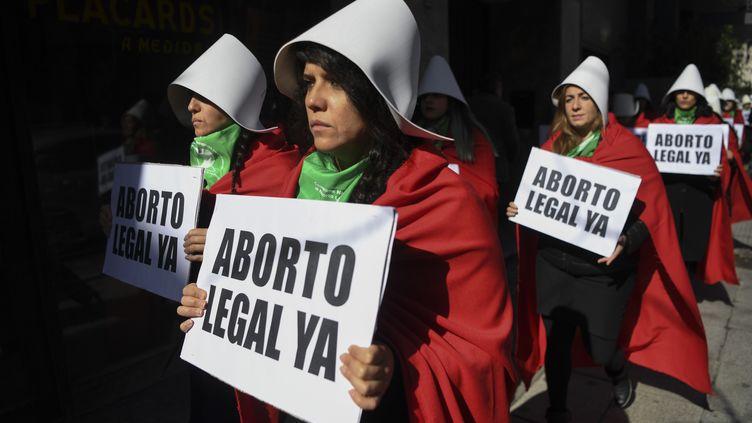 Des femmes demandantla légalisation de l'avortement manifestent devant le Congrès national à Buenos Aires (Argentine), le 1er août 2018. (EITAN ABRAMOVICH / AFP)