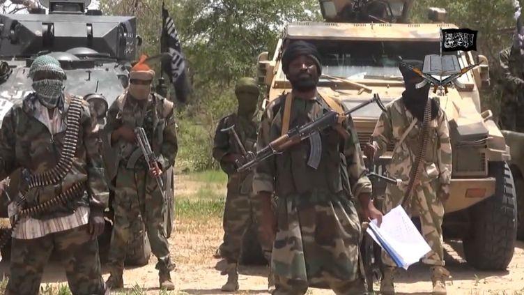 Capture d'écran prise à partir d'une vidéo diffusée par le groupe islamiste nigérian Boko Haram. On y voit le chef du groupe extrémiste nigérian Abubakar Shekau (au centre), le 13 juillet 2014. (AFP PHOTO / BOKO HARAM)