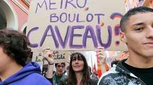 Des lycéeens lors des manifestations contre la réforme des retraites du gouvernement de François Fillon, le 6 novembre 2010, à Nice. (VALERY HACHE / AFP)