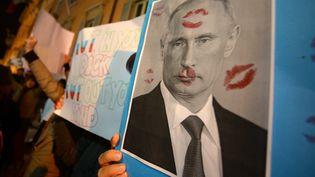 Manifestation ensoutien aux Pussy Riotà Rome,devant l'hôtel oùrésidele président russe Poutine  (FILIPPO MONTEFORTE / AFP)