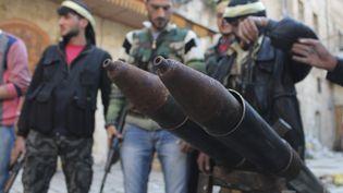 Des membres de l'Armée syrienne libre derrière un lance-roquettes artisanal, le 2 mars 2013, à Alep (Syrie). (SAAD ABOBRAHIM / REUTERS)