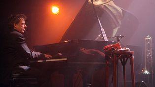 Denis Cuniot sur scène à Paris (9 décembre 2008)  (Pierre Verdy / AFP)