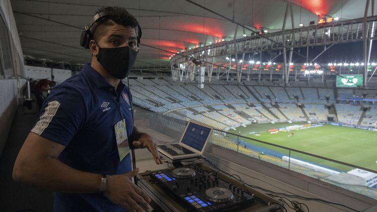 Le DJ de Fluminense, Franklin Scheleger, au stade du Maracana le 2 septembre 2020 (MAURO PIMENTEL / AFP)