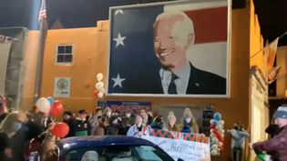 Un portrait de Joe Biden affiché dans le centre-ville de Ballina, en Irlande, le 7 novembre 2020. (CLLR. DUFFY (VIA STORYFUL))