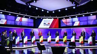 """Les onze candidats à l'élection présidentielle, jeudi 20 avril 2017 sur le plateau de l'émission """"15 minutes pour convaincre"""", à Saint-Cloud (Hauts-de-Seine). (MARTIN BUREAU / POOL)"""
