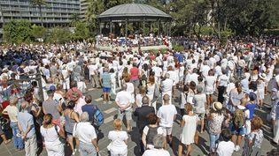 Un millier de personnes rassemblées à Nice, le 7 août 2016, en hommage aux victimes de l'attentat du 14 juillet. (MAXPPP)