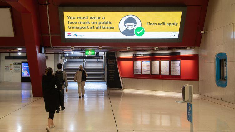 Plus de la moitié des 25 millions d'Australiens sont actuellement confinés, notamment les habitants de Sydney et Melbourne. Ci-contre, une station de métro quasi déserte, le 26 août 2021 à Sydney. (HU JINGCHEN / XINHUA)