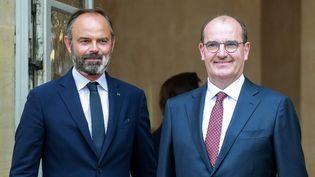 Edouard Philippe et Jean Castex sur le perron de Matignon vendredi 3 juillet 2020 à Paris. (LUDOVIC MARIN / AFP)