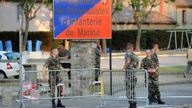 Des militaires à l'entrée de la caserne du 3e régiment de parachutistes d'infanterie de marine (RPIMa), le 29 juin 2008 à Carcassonne (Aude). (ERIC CABANIS / AFP)