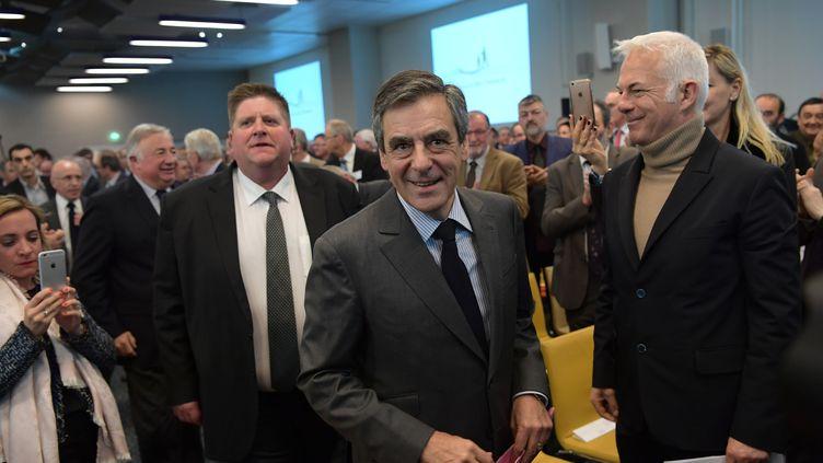 François Fillon reçu par l'assemblée générale des chasseurs, le 14 mars 2017 à Paris. Derrière lui, le président de la Fédération nationale des chasseurs, Willy Schraen. (CHRISTOPHE ARCHAMBAULT / AFP)
