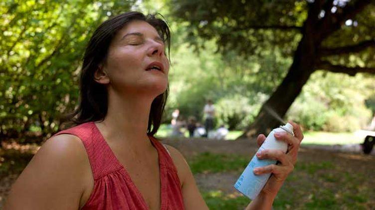 (Durant les épisodes caniculaires, il faut s'hydrater régulièrement et se rafraîchir © Maxppp)