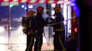 Les pompiers interviennent sur l'incendie d'un bâtiment du marché de Camden Lock, le 10 juillet 2017. (HANNAH MCKAY / X03696)