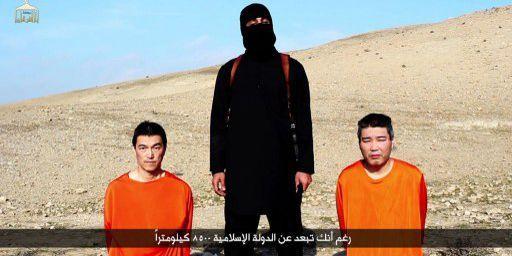 Capture d'écran d'une vidéo diffusée par Daech sur le web montrant les deux otages japonais avant leur décapitation. A gauche, le journaliste free lance, Kenji Goto, à droite, Haruna Yukawa, un homme se présentant comme consultant en sécurité. (AFP PHOTO / HO / AL-FURQAN MEDIA)