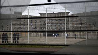 Des détenus marchent dans la cour de la prison de Fleury-Merogis (Essonne), le 29 octobre 2015. (ERIC FEFERBERG / AFP)