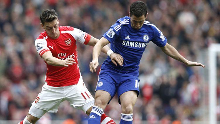 Duel d'artistes entre Mesut Özil (Arsenal) et Eden Hazard (Chelsea) (ADRIAN DENNIS / AFP)