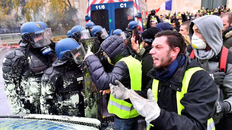 """Des """"gilets jaunes"""" font face aux forces d el'ordre, le 1er décembre 2018, à Bordeaux. (NICOLAS TUCAT / AFP)"""