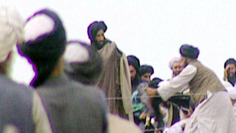 Capture d'écran d'une des rares images du mollah Omar (au centre), diffusée dans une émission de la BBC en 1996. (BBC NEWSNIGHT / AFP)