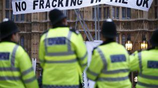 Des opposants au gaz de schiste manifestent contre la levée de l'interdiction au Royaume-Uni, le 1er décembre 2012. (JUSTIN TALLIS / AFP)