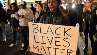 """""""La vie des Noirs compte"""", peut-on lire sur la pancarte de cette manifestante, à Washington D.C. (Etats-Unis), le 5 décembre 2014. (MLADEN ANTONOV / AFP)"""