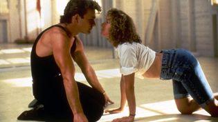 "Patrick Swayze, mort en 2009, et Jennifer Grey, dans une scène culte de ""Dirty Dancing"" (1987). (KOBAL COLLECTION / AFP)"