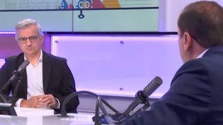 """Patrice Geoffron face à Emmanuel Cugny lors de l'émission """"Les débats de l'éco"""" le 2 octobre 2021 (FRANCEINFO / RADIO FRANCE)"""