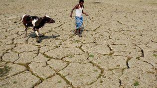 Un fermier indien dans une zone aride, près d'Agartala, dans l'État de Tripura. (ARINDAM DEY / AFP)