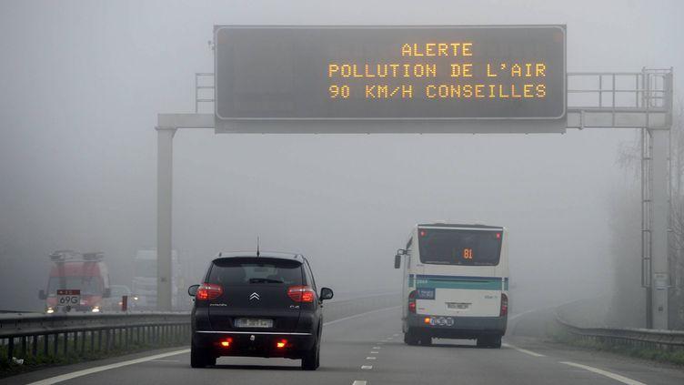 Un panneau de signalisation indique une alerte à la pollution de l'air, aux abords de Rennes (Ille-et-Vilaine), le 14 mars 2014. (  MAXPPP)