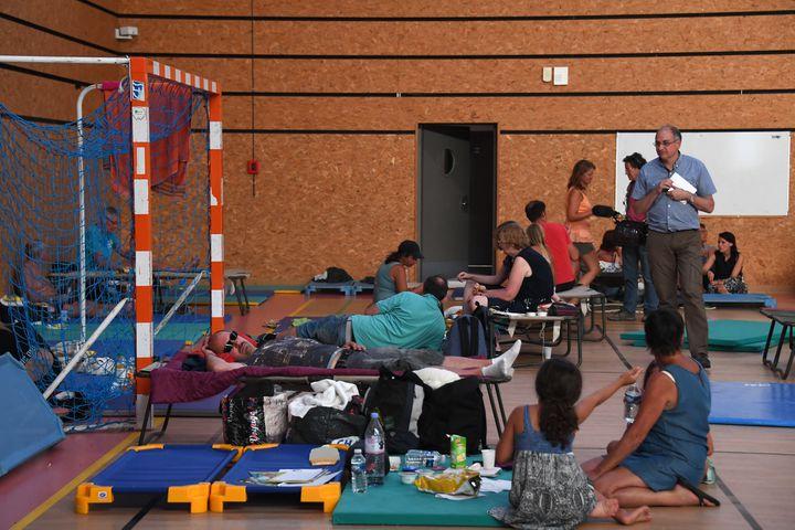 Quelque1 200 personnes ont passé la nuit dans les salles et les gymnases mis à disposition par la commune de Bormes-les-Mimosas (Var), dans la nuit du mercredi 26 au jeudi 27 juillet 2017. (ANNE-CHRISTINE POUJOULAT / AFP)