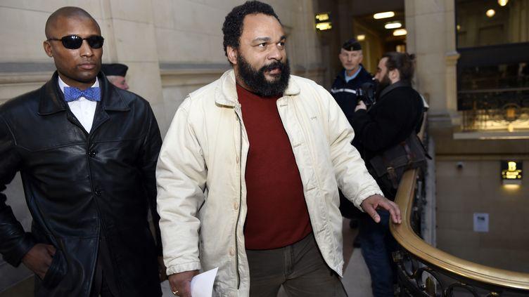 Dieudonné M'bala M'bala arrive au palais de justice de Paris, le 12 mars 2015. (LOIC VENANCE / AFP)